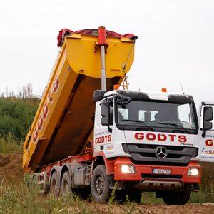 Godts vrachtwagen die zand aan het lossen is